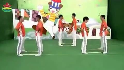 器械早操幼儿园 本视频暂不支持播放 02:00 来自:幼儿园中班早操-器