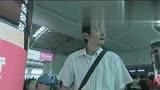 温柔的背后,男子机场等人也不清闲,美女害羞图片