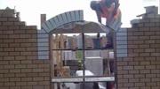 老師傅用擠漿法砌磚又快又好