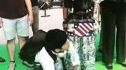 《唐人街英国威廉希尔公司APP2》拍摄花絮:陈思诚抱王宝强大跳《粉红色的回忆》!