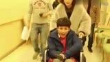"""《柒個我》幕后花絮_""""犯病""""青年張一山,在輪椅上玩的不亦樂乎"""