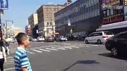 与纽约唐人街的舞狮演员一起咆哮