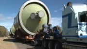 卡車運輸貨物進入小鎮