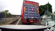 高速无德货车司机恶意加塞