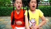 姐妹俩肚子饿吃彩色棒棒糖,还能学习颜色呢图片