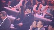 何炅:剛剛歌唱的好好;朱一龍:我好緊張的 龍哥給臺下粉絲送禮物
