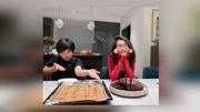 黄磊晒多多近照,多多变大厨做蛋糕,穿着引争议:才多大这么穿?