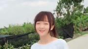 最近这位美女火了,白色长袖搭配黑色裤子,笑容很甜美!