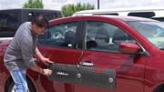 停车道狭小车门被刮到了?老外发明防撞贴,专门为你解决这问题