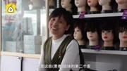 4月23日,山东济南。42岁的孙景华经营着一家售卖假发和义乳的店铺。她免费为癌症