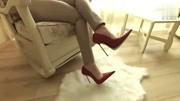 红色尖头细跟高跟鞋搭休闲裤, 尽显女人优雅魅力, 一般人无法驾驭