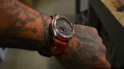 男子翻出一块祖传的手表,自制一副真皮表带,带手上还是很拉风的