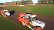 看看外国三种收割机,连草皮都能被轻松铲起,效率真高!