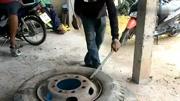 学徒工用最原始的补胎工具补大货车轮胎,费力气还比较危险