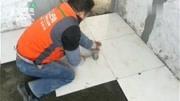 实拍:装修师傅正在我家新房贴砖,大伙看看这卧室地砖的花纹怎样