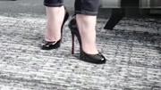 CL萝卜丁细跟高跟鞋,这么细的跟穿着不难受吗?