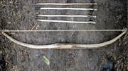 野外求生:牛人小伙用竹子,制作原始武器弓箭