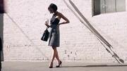 打造轻露肤小性感 设计感剪裁连衣裙的4种穿法