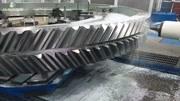 实拍大型数控机床加工各种零件的过程